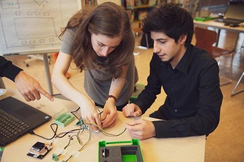 Lernen Sie Grundlagen in Elektrotechnik. Bauen Sie Schaltkreise und messen Sie mit Hilfe von Sensoren Daten.